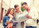 35286880-viaggi-vacanze-e-concetto-di-amicizia-gruppo-di-amici-sorridenti-con-guida-della-città-e-mappa-della-c.jpg